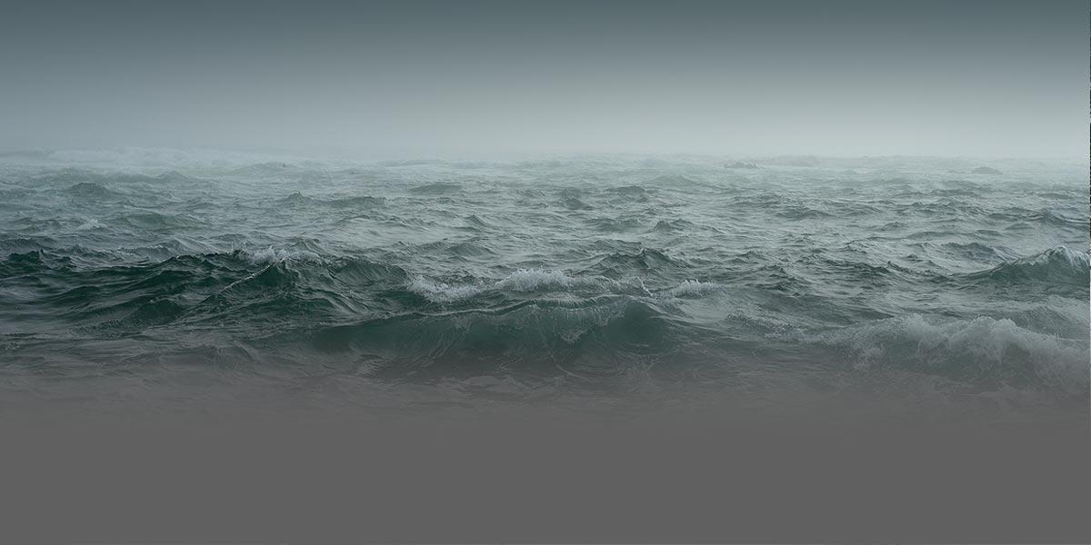Foto cercana de grandes olas del océano.