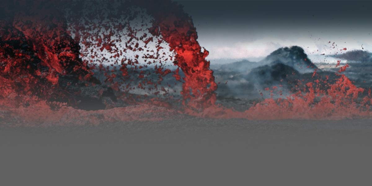 Foto cercana de la erupción de lava en la parte superior de un volcán.