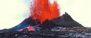 Vista de un volcán en erupción que despide lava roja y caliente